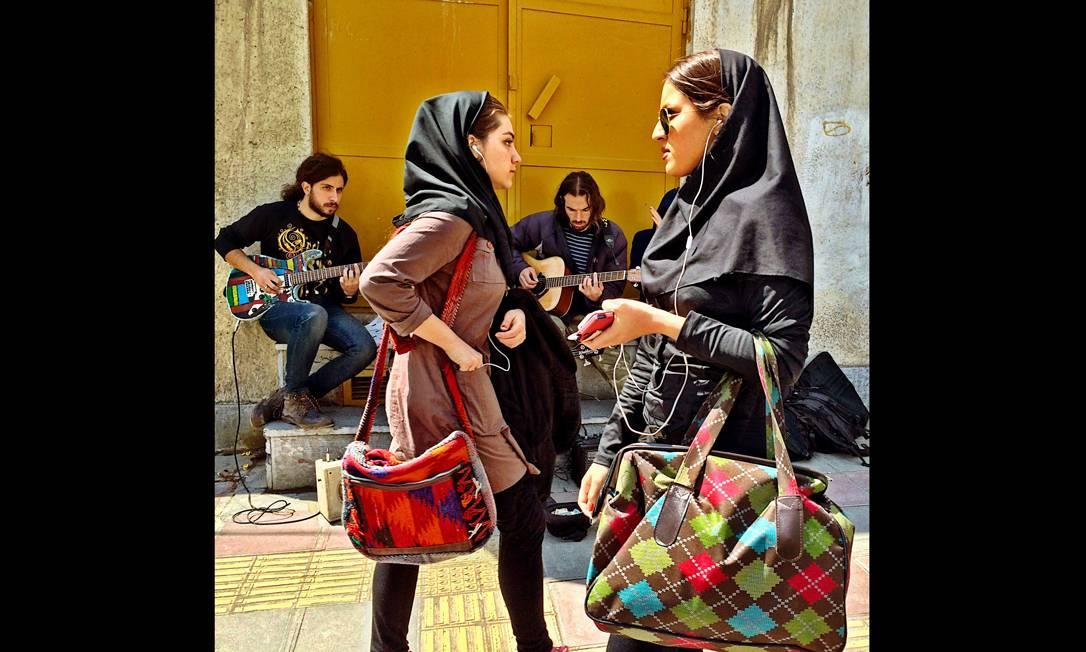 Imagem integrante do Everyday Iran, um dos perfis do projeto Everyday Everywhere. No Teerã, mulheres ouvem música enquanto uma banda toca atrás. Foto: Omid Akhavan/Everyday Iran / .