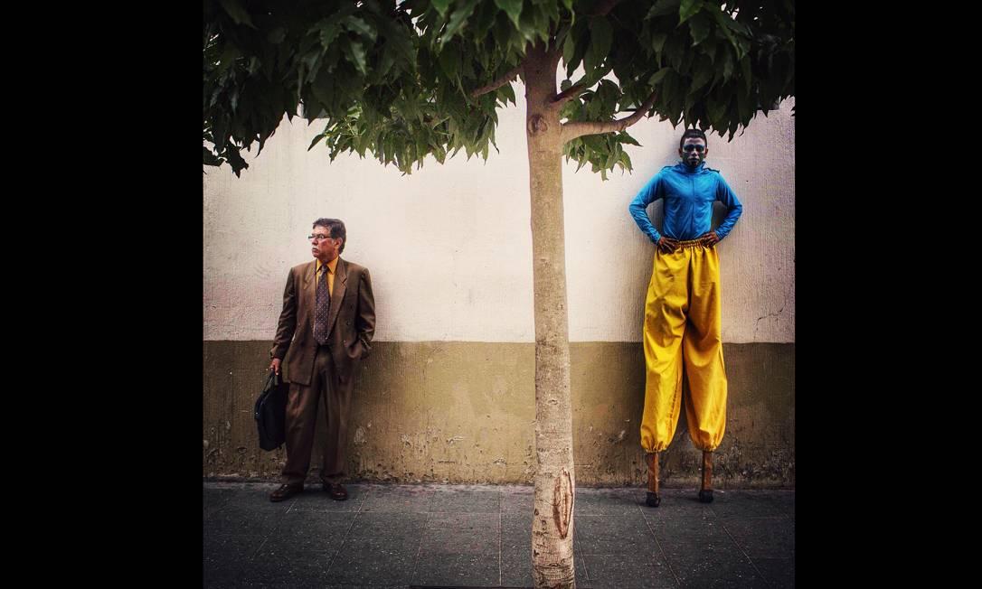 """Imagem integrante do Everyday Latin America, um dos perfis do Instagram do projeto Everyday Everywhere. Durante uma manifestação em memória de vítimas do conflito armado da Guatemala (1960-1996), o fotógrafo Saul Martinez registrou um artista de rua, que fazia parte do protesto, ao lado de um trabalhador típico do centro histórico da Cidade da Guatemala, com a legenda: """"Cada homem contribui com a sociedade à sua maneira"""". Foto: Saul Martinez/Everyday Latin Ame / ."""