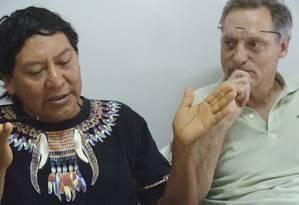 Davi Kopenawa, líder yanomami, com o antropólogo Bruce Albert, em Boa Vista, Roraima. Foto: Divulgação/Beto Ricardo (ISA)