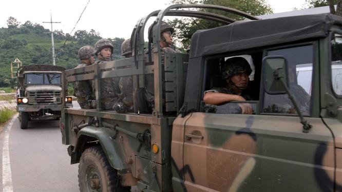 Diante de possível confronto na fronteira, soldados sul-coreanos se dirigem a região da Zona Desmilitarizada Foto: Park Young-tae / AP