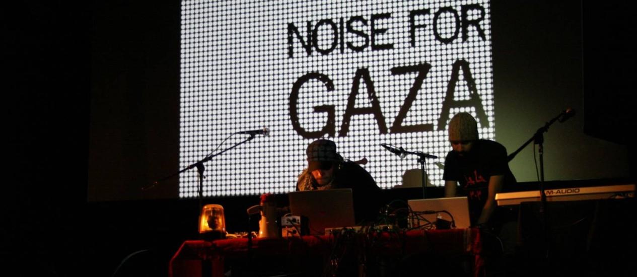 Detalhe de uma apresentação do Checkpoint 303, liderado pelo músico, DJ e produtor MoCha, à direita Foto: Divulgação