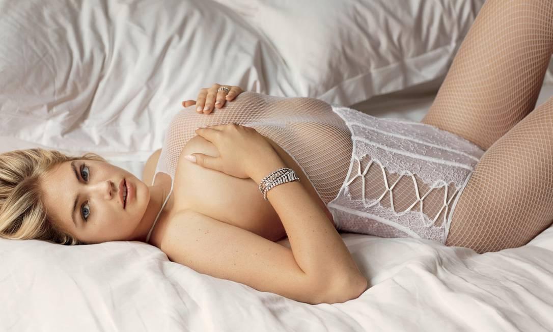 """A julgar pelo ensaio divulgado na imprensa internacional, a edição 97 da revista americana """"V"""" vem em clima de fetiche. A publicação colocou algumas das modelos mais sensuais do mundo na cama usando lingeries brancas. No clique, Kate Upton exibe suas famosas curvas fora do comum no mundo da moda V Magazine"""