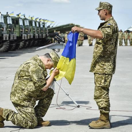 Presidente da Ucrânia Petro Poroshenko (à esquerda) participa de cerimônia de entrega de novas armas e veículos militares às forças armadas do país na base aérea de Chuhuiv, na região de Kharkiv, em 22 de agosto de 2015 Foto: Mykola Lazarenko / REUTERS