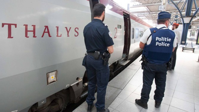 Policiais belgas e franceses montam guarda próximos ao trem Thalys, na estação Midi - Zuid em Bruxelas, no sábado, 22 de agosto de 2015 Foto: Francois Walschaerts / AP