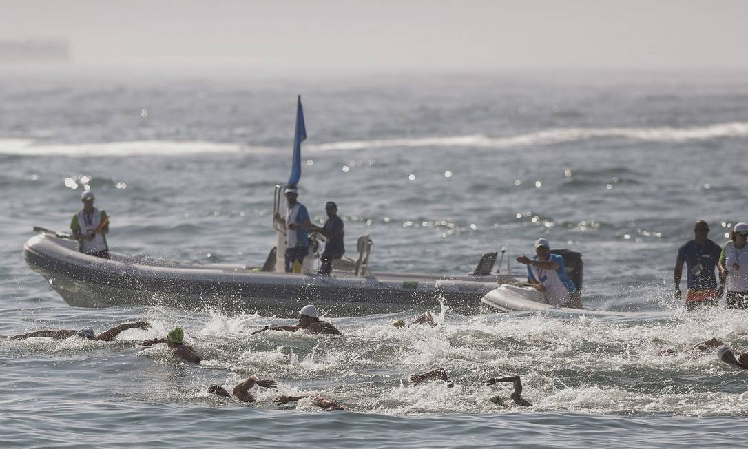 A prova ficou mais difícil porque o mar estava mexido, o que exige mais senso de direção dos nadadores e mais esforço Alexandre Cassiano / Agência O Globo