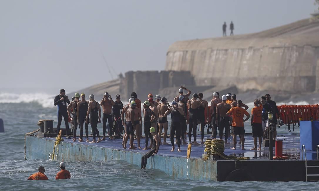 Uma plataforma sobre a água, sustentada por uma balsa, a cerca de 100m da areia do Posto 6, na altura da Rua Rainha Elizabeth, foi o ponto de início da prova em Copacabana Alexandre Cassiano / Agência O Globo