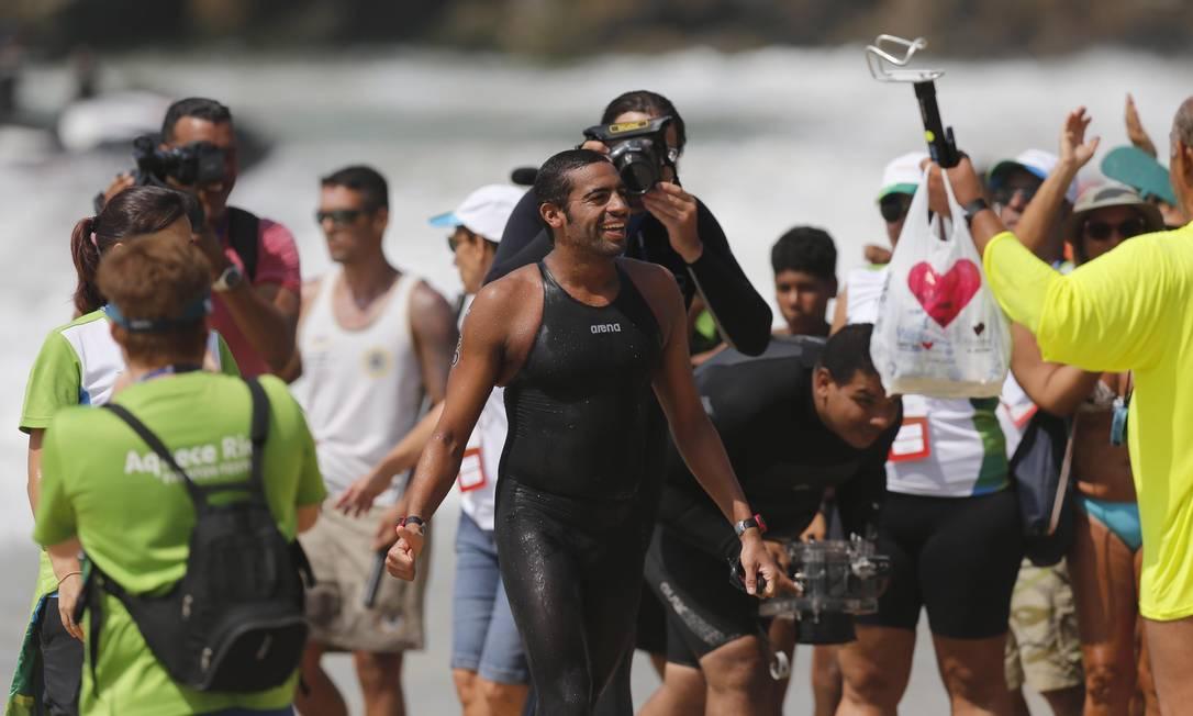 Allan do Carmo na areia, feliz da vida com a vitória no evento-teste no Rio. O brasileiro é o atual campeão do circuito mundial de maratona aquática Alexandre Cassiano / Agência O Globo