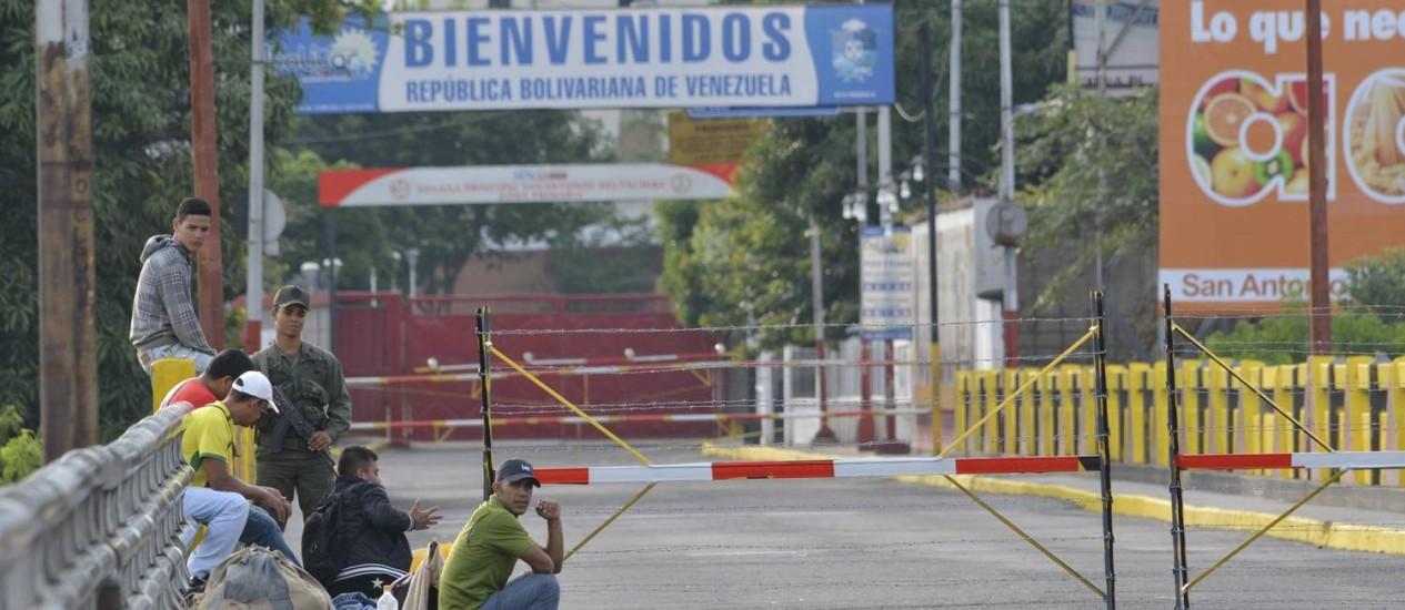 Venezuelanos esperam em uma ponte na fronteira com Cúcuta, na Colômbia, fechada desde quarta-feira Foto: STRINGER/COLOMBIA / REUTERS