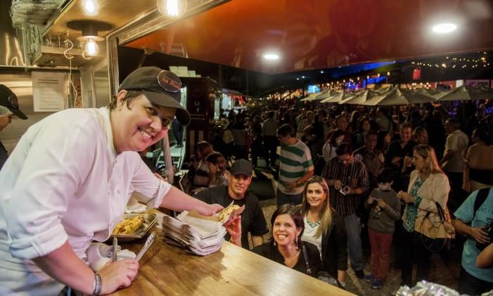 A chef Roberta Sudbrack fez questão de entregar cada cachorro-quente ao público Foto: Adriana Lorete / O Globo