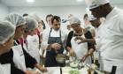 Aulas práticas, como do chef Christophe Lidy no Espaço Senac, reuniram curiosas e cozinheiros amadores Foto: Adriana Lorete / Agência O Globo