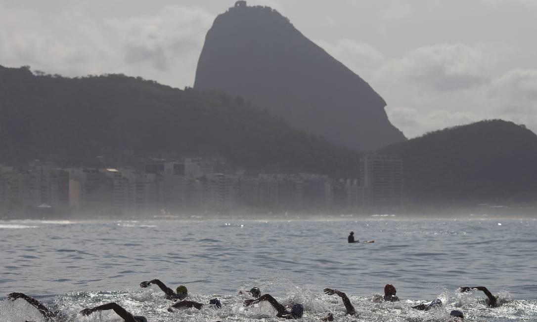 Tendo o pão de Açucar ao fundo, nadadores disputam o evento-teste da Rio 2016 Leo Correa / AP