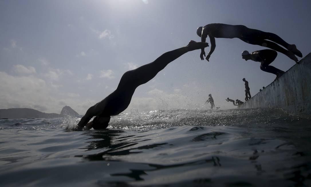 Competidores partem da plataforma de largada no posto seis da praia de Copacabana RICARDO MORAES / REUTERS
