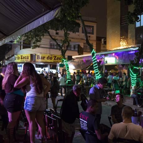 Concentração de bares na rua Jose de Souza Herdy, em Duque de Caxias Foto: Leo Martins / Leo Martins