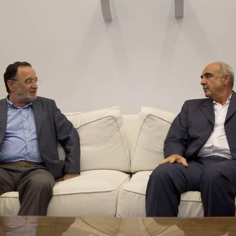 Panagiotis Lafazanis, à esquerda, em conversa com Evangelos Meimarkis Foto: Petros Giannakouris / AP