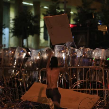 Manifestantes enfrentam a polícia libanesa Foto: Hassan Ammar / AP
