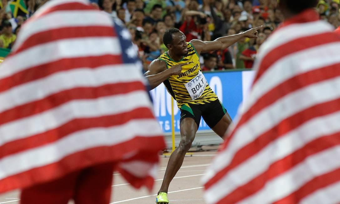 Usain Bolt comemora sua vitória na prova dos 100metros rasos, no campeonato Mundial de Atletismo, no estádio nacional Ninho do Pássaro, em Pequim Kin Cheung / AP