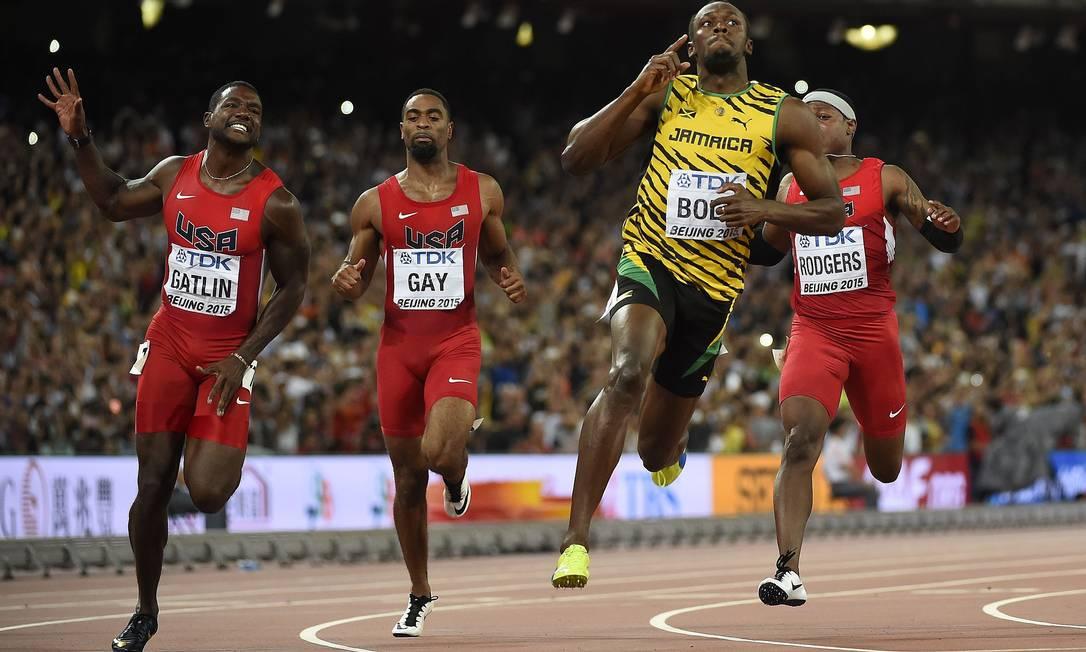 Usain Bolt cruza a linha de chegada milesimos a frente do americano Justin Gatlin na prova dos 100metros rasos, no campeonato Mundial de Atletismo, no estádio nacional Ninho do Pássaro, em Pequim OLIVIER MORIN / AFP