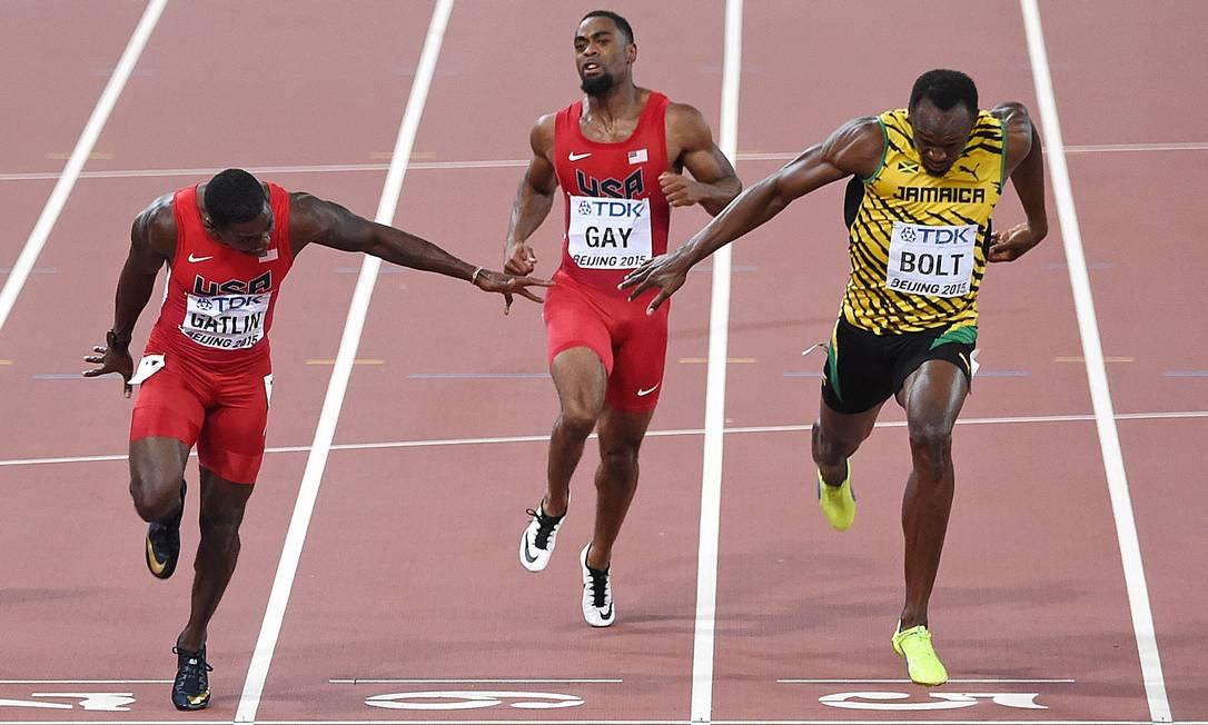 Usain Bolt cruza a linha de chegada milesimos na frente dos americanos Justin Gatlin e Tyson Gay na prova dos 100metros rasos, no campeonato Mundial de Atletismo, no estádio nacional Ninho do Pássaro, em Pequim PEDRO UGARTE / AFP