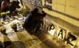 Amigos de vítimas de uma série de assassinatos ocorreu em Osasco, acendem velas em um altar em rua de São Paulo