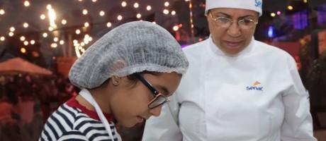 Na cozinha de vidro, aluna segue as orientações dadas por uma professora do Senac. Foto: Cecilia Acioli / O Globo