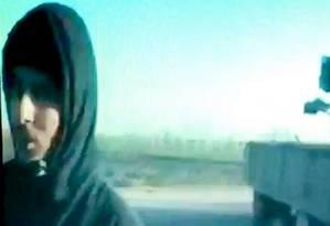 Emwazi Mohammed aparece com uma capa sobre seu cabelo mas com o rosto em vídeo enviado por rebeldes sírios Foto: Reprodução