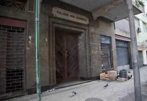 O Palácio dos Esportes, na Rua Visconde de Inhaúma, no Centro, foi invadido na madrugada de domingo. Pela manhã, grupo foi retirado pela PM Foto: Marcos Tristão / Agência O Globo