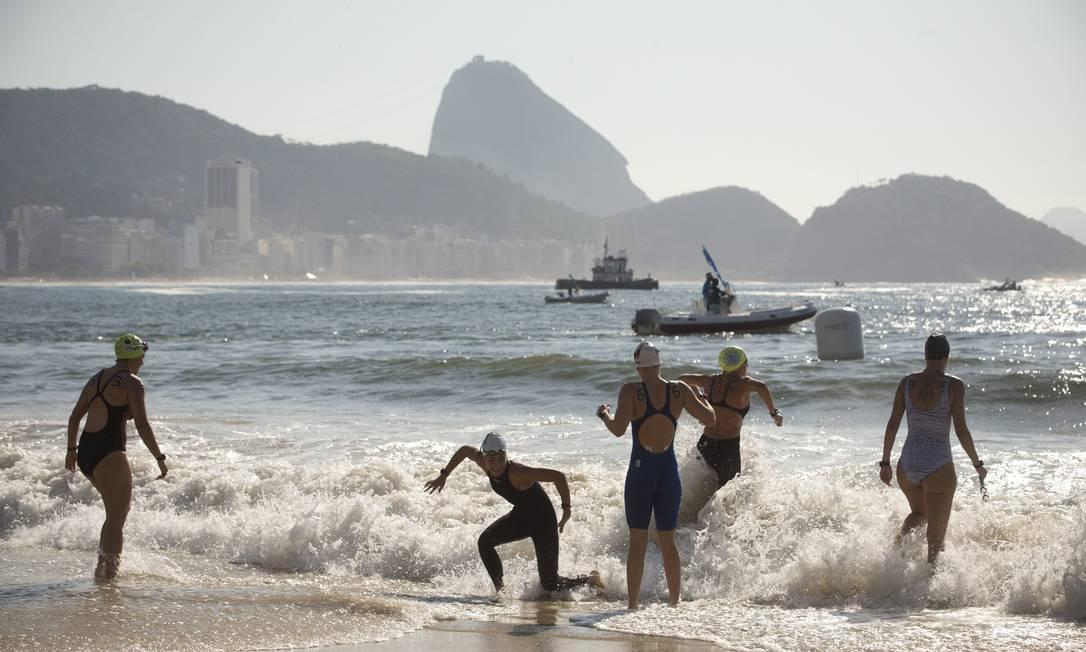 Atletas se preparam para a largada da Maratona Aquática Márcia Foletto / Agência O Globo