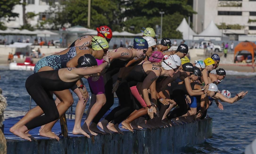 largada da Maratona aquática feminina na praia de Copacabana. Alexandre Cassiano / Agência O Globo