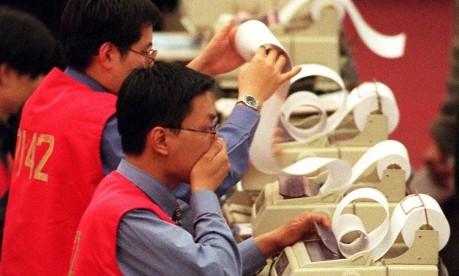 Desespero. Com o agravamento da crise asiática, Bolsa de Valores de Hong Kong despenca: tombo de 4,1% em apenas um dia Foto: Vicent Yu 10/12/1997 / AP