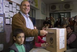 O candidato Juan Manzur vota em Yucuman Foto: ATILIO ORELLANA / AGENCIA INFOTO / AFP