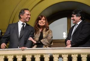 Presidente Cristina Kirchner sorri ao lado de Daniel Scioli (à esq) e o candidato a vice-presidente Carlos Zannini depois de uma cerimônia na Casa Rosada, em Buenos Aires Foto: HANDOUT / REUTERS