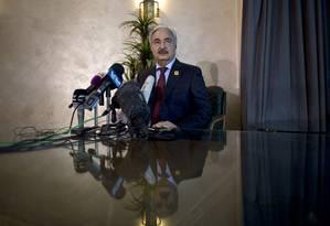 Chefe militar do governo reconhecido internacionalmente, Khalifa Hifter discute estratégias de combate ao EI Foto: Muhammed Muheisen / AP