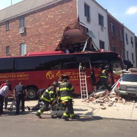 Ônibus ainda atingiu automóvel Foto: Reprodução