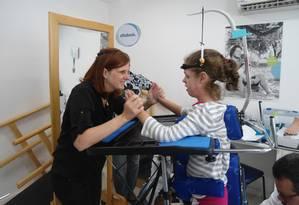 Izabel com sua filha mais velha, Catarina, que sofre de Atrofia Muscular Espinhal: a menina faz terapias diárias para manter estabilidade do quadro Foto: Arquivo pessoal