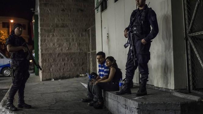 Tropa de elite da polícia salvadorenha detém jovem com arma ilegal na capital Foto: MERIDITH KOHUT / NYT