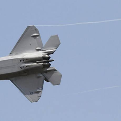 Caça F-22 Raptor decola durante demonstração na Base da Força Aérea em Hampton Foto: Steve Helber / AP