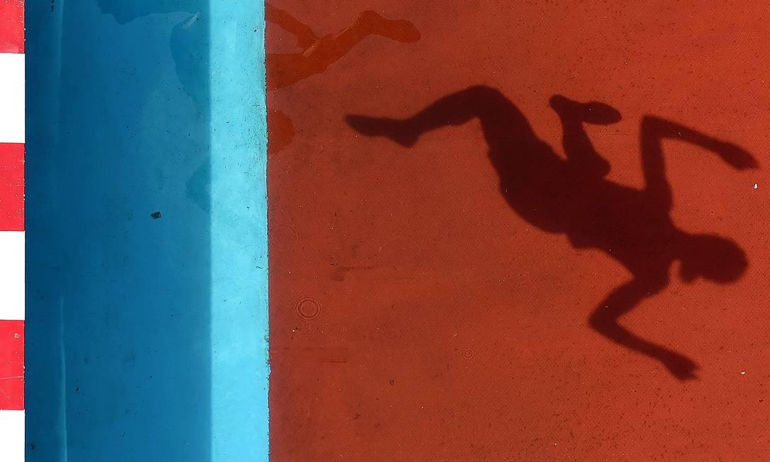 """Cameras fotográficas colocadas em posições especiais no estadio nacional """"Ninho do Passaro"""", em Pequim, captam cenas inusitadas do campeonato mundial de atletismo ANTONIN THUILLIER / AFP"""