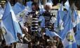 Manifestantes na Guatemala carregam bonecos que representam o presidente do país Otto Perez Molina e a ex-vice-presidente Roxana Baldetti presos, por conta do escândalo de corrupção que ameaça o governo.
