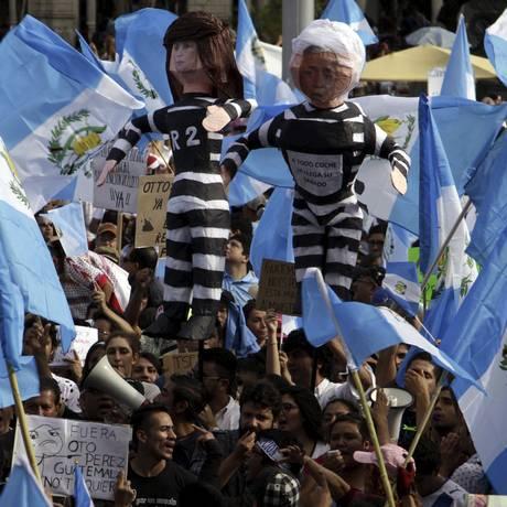 Manifestantes na Guatemala carregam bonecos que representam o presidente do país Otto Perez Molina e a ex-vice-presidente Roxana Baldetti presos, por conta do escândalo de corrupção que ameaça o governo. Foto: STRINGER / REUTERS