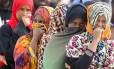 Em Augusta, na Sicília, imigrantes da África Subsaariana cobrem os rostos Foto: ANTONIO PARRINELLO / REUTERS