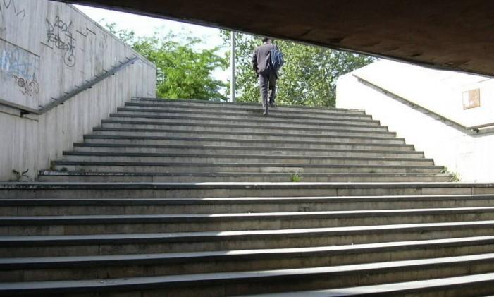 Subir escadas é uma maneira de manter o exercício físico no trabalho Foto: FreeImages