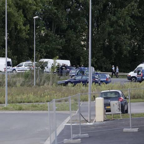Autoridades investigam local de disparos em um acampamento de viajantes em Roye, na França Foto: KENZO TRIBOUILLARD / AFP