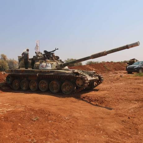 Forças rebeldes se posicionam na região de al-Zahra, perto de Aleppo Foto: ZEIN AL-RIFAI / AFP