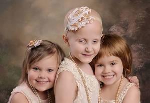 Rheann Franklin, 7, Ainsley Peters, 5, e Rylie Hughey, 4, de Oklahoma, se abraçam em abril deste ano e comemoram ter vencido tipos raros de câncer; a primeira vez que se encontraram e foram fotografadas tinham descoberto a doença Foto: Reprodução/ Lora Scantling