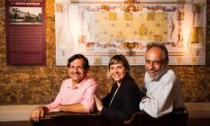 À frente. Os sócios Nelson Torzeckie e Plínio Fróes e a gerente, Camila Torzeckie: paixão por decoração Foto: Bárbara Lopes