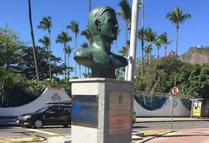 Busto, esculpido por Edgar Duduvier, em frente à UFRJ na Urca Foto: Divulgação