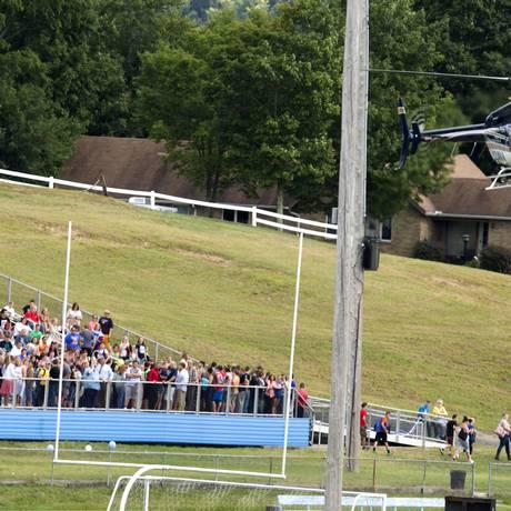Um helicóptero da polícia aterriza no campo de futebol de uma escola americana onde um aluno armado manteve reféns Foto: Ben Queen / AP