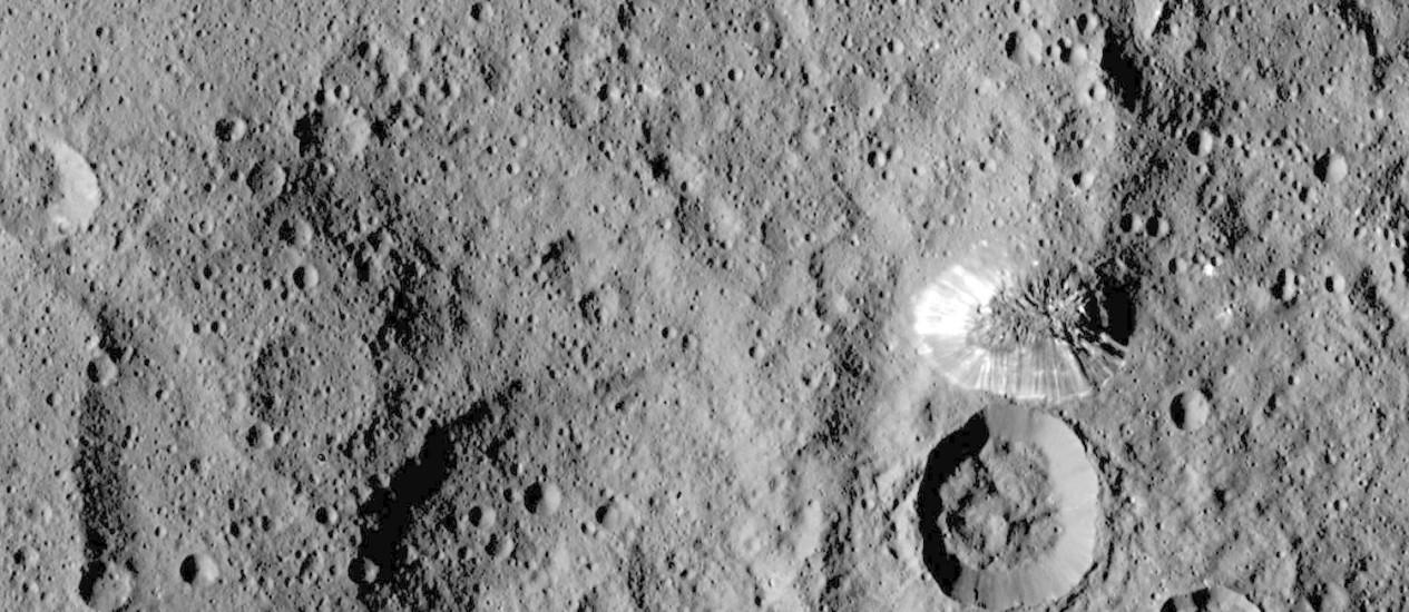 Uma das novas imagens da sonda Dawn divulgadas nesta terça pela Nasa mostra a misteriosa montanha com formato de pirâmide e uma de suas faces extremamente brilhante na superfície do planeta-anão Foto: Nasa/JPL