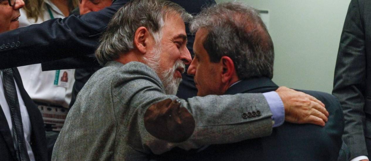 Os delatores Paulo Roberto Costa e Alberto Youssef se cumprimentam na CPI da Petrobras Foto: André Coelho / O Globo