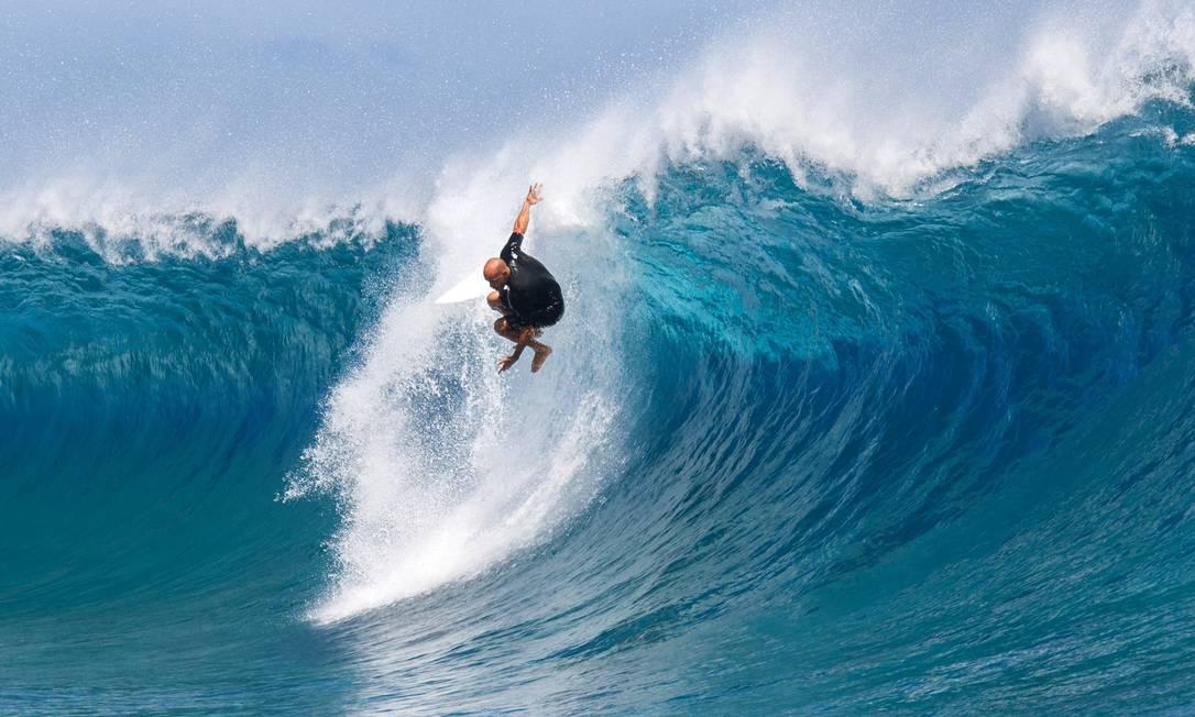 O americano Kelly Slater treina no Billabong Pro Tahiti, na Polinésia Francesa GREGORY BOISSY / AFP